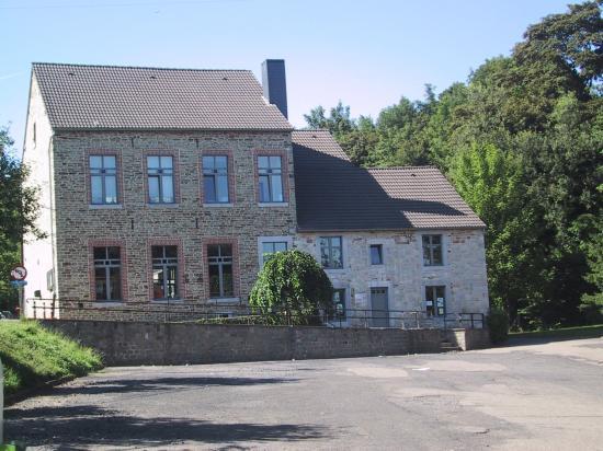 L'école matérnelle, l'ancienne maison communale, la plce du bâti